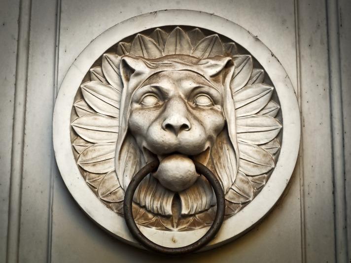 doorknocker-1138976_1920.jpg